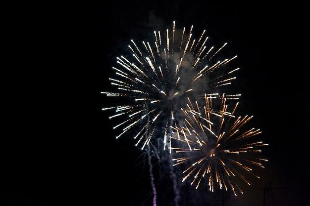 Фейерверк ночью Premium Фотографии