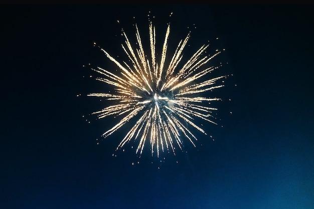 Фейерверк освещает небо Бесплатные Фотографии