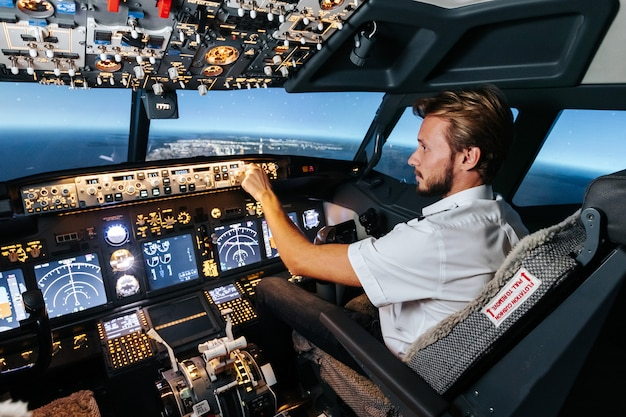 Первый офицер контролирует автопилот и параметры для безопасного полета. Premium Фотографии