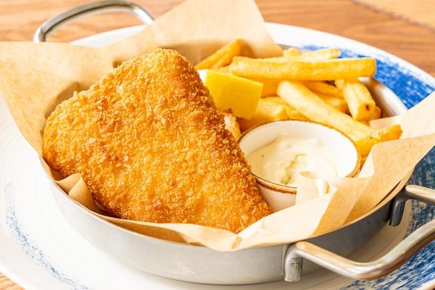 Рыба с жареным картофелем и соусом Premium Фотографии