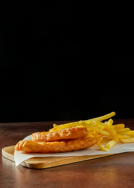 Рыба и жареный картофель на разделочной доске с копией пространства Бесплатные Фотографии