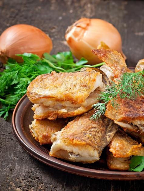 Piatto di pesce - pesce ed erbe fritte Foto Gratuite