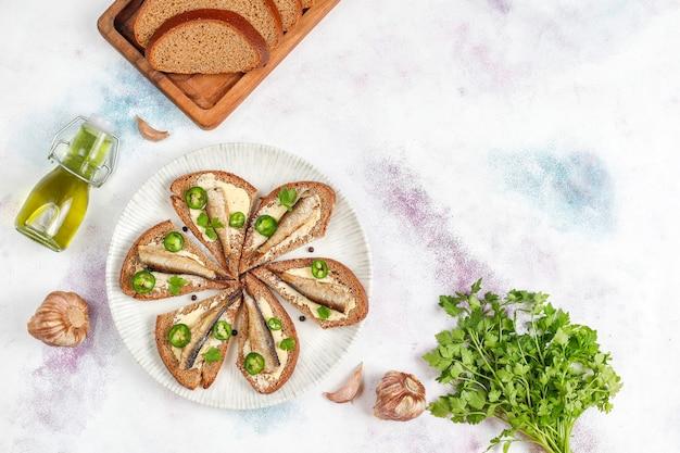 Sprats와 생선 샌드위치. 무료 사진