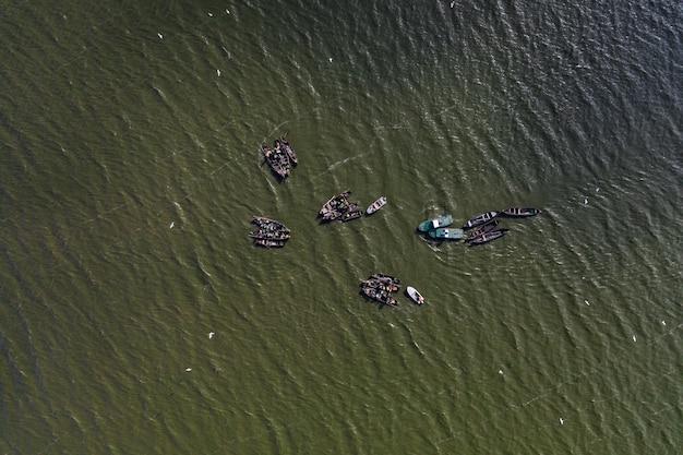 穏やかな海に浮かぶ漁船と釣りに行く 無料写真
