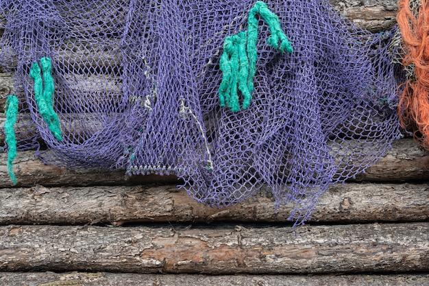 Рыболовная сеть на старой древесине, морская морская текстура предпосылки Premium Фотографии