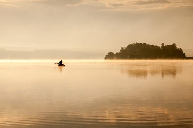 日の出の朝の湖での釣り Premium写真