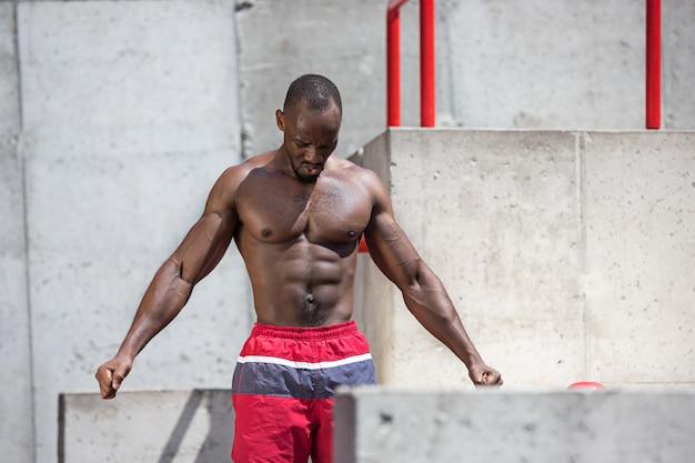 경기장에서 운동을하는 선수에 적합합니다. 도시에서 야외 아프리카 남자입니다. 스포츠 운동을 시작하십시오. 피트니스, 건강, 라이프 스타일 컨셉 무료 사진