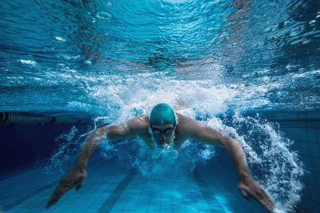 Fit swimmer training by himself Premium Photo