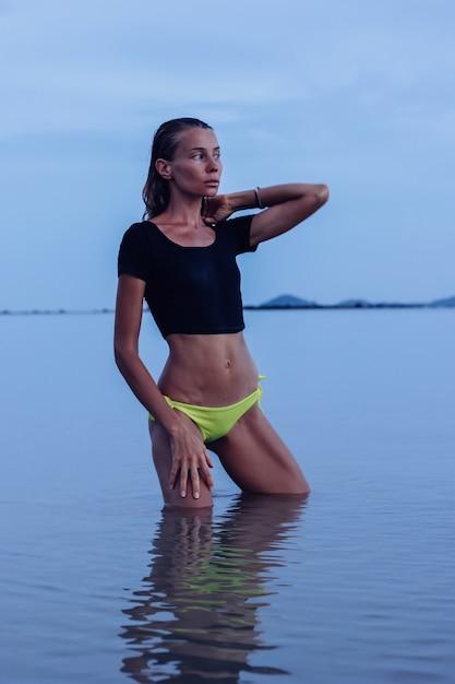 석양 바다에 빠져 있 었 단된 젊은 백인 여자에 맞게 무료 사진