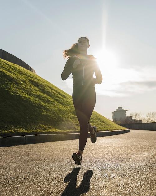 Fit молодая женщина, бег на открытом воздухе Бесплатные Фотографии
