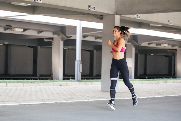 Fitness model working out Premium Photo