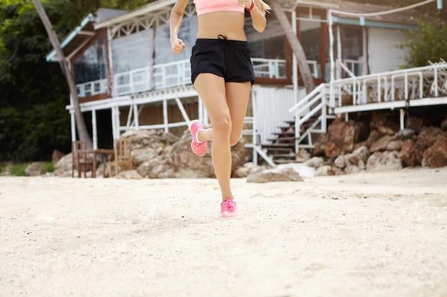 悪い環境でマラソントレーニングをしている女性