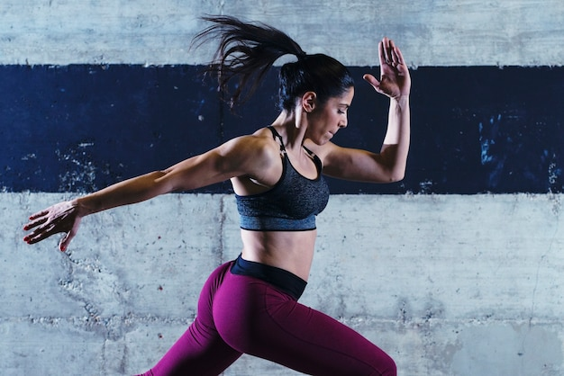 휘트니스 여자 운동 체육관에서 점프 무료 사진