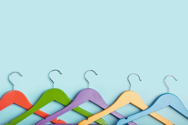 무지개 색깔의 옷을위한 5 개의 아이들의 행거. 프리미엄 사진