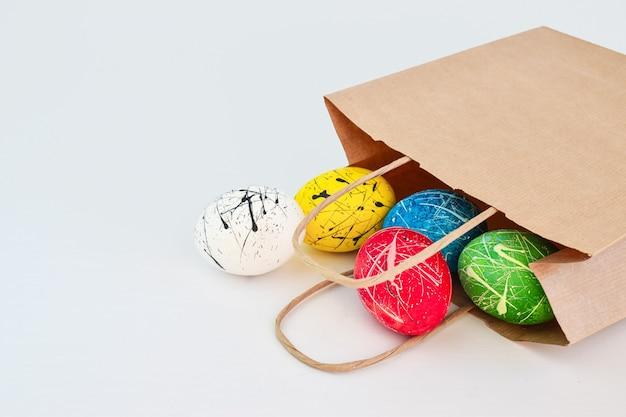 飾られた卵5個がスーパーの紙袋に入っています。 Premium写真