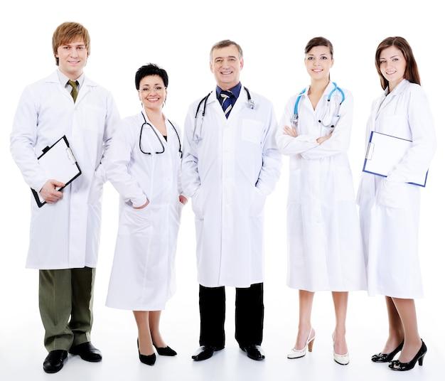 Cinque medici sorridenti riusciti felici che stanno insieme nella fila Foto Gratuite