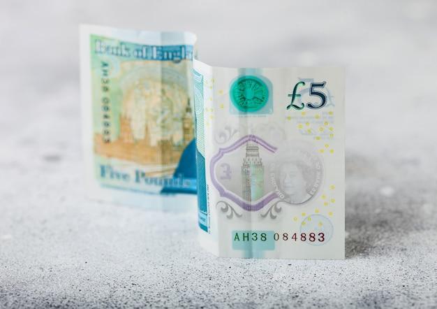 Банкнота пять фунтов на светлой поверхности. концепция кризиса мировой экономики. Premium Фотографии