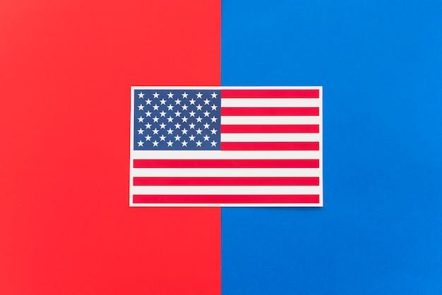 Bandiera dell'america su superficie colorata luminosa Foto Gratuite