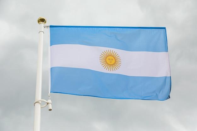 Флаг аргентины против белого облачного неба Premium Фотографии