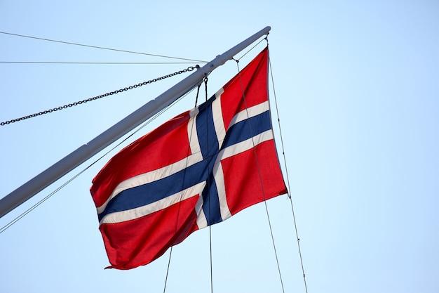 Флаг норвегии на мачте корабля Premium Фотографии