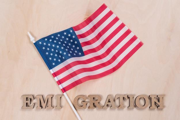 Флаг соединенных штатов, слово эмиграция абстрактными буквами Premium Фотографии