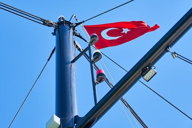 船のマステルにトルコの旗 Premium写真