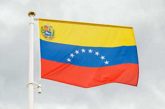 Флаг венесуэлы против белого облачного неба Premium Фотографии