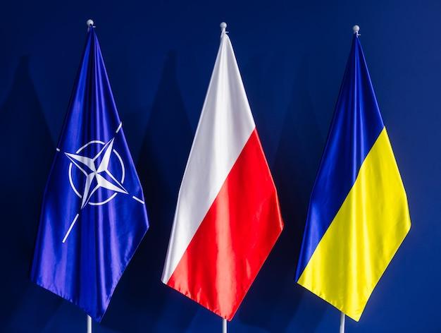 Флаги нато, польши и украины на саммите нато в варшаве Premium Фотографии