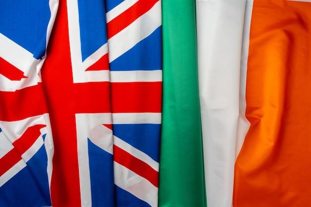 Флаги великобритании и ирландии, сложенные вместе Premium Фотографии