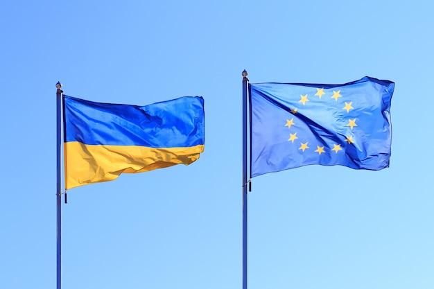 Флаги развеваются на ветру, два флага на фоне неба Premium Фотографии