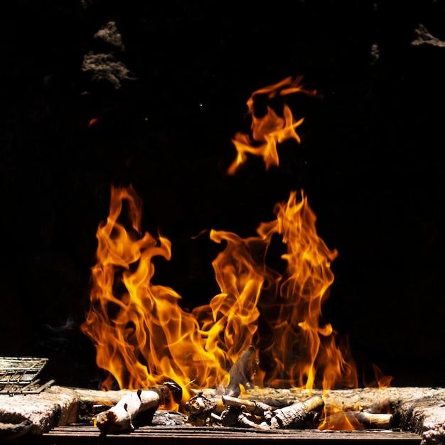 黒い背景に火の炎 Premium写真