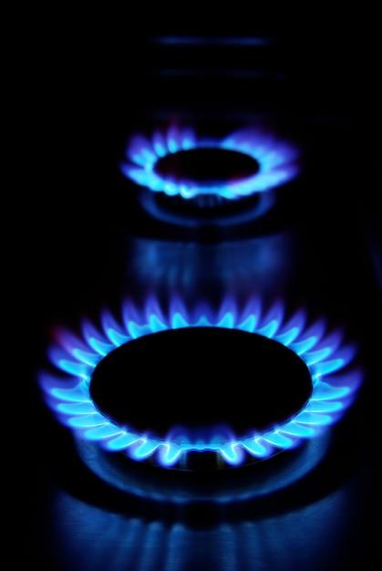 Пламя газовой плиты в темноте Premium Фотографии