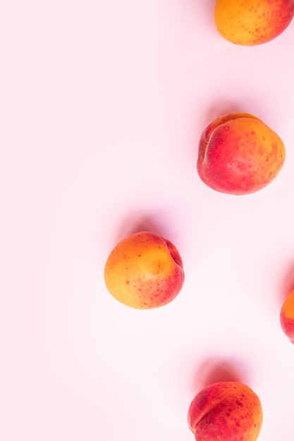 Flat composition  sweet juicy peaches on pink background. fresh summer fruit. Premium Photo