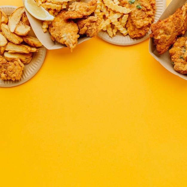 Piatto di pesce e patatine fritte con copia spazio Foto Gratuite