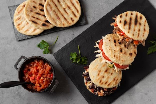 Плоские арепы с мясом и помидорами Бесплатные Фотографии