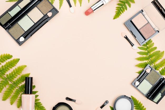 Disposizione piatta di prodotti di bellezza con spazio di copia Foto Gratuite