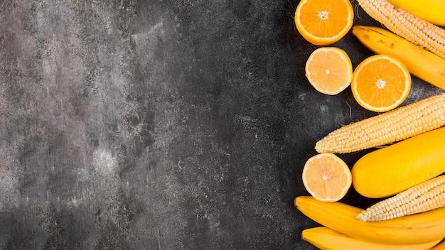 Disposizione piatta di mais e arance con copia spazio Foto Gratuite