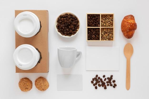白い背景の上のコーヒーブランド要素のフラットレイ配置 無料写真