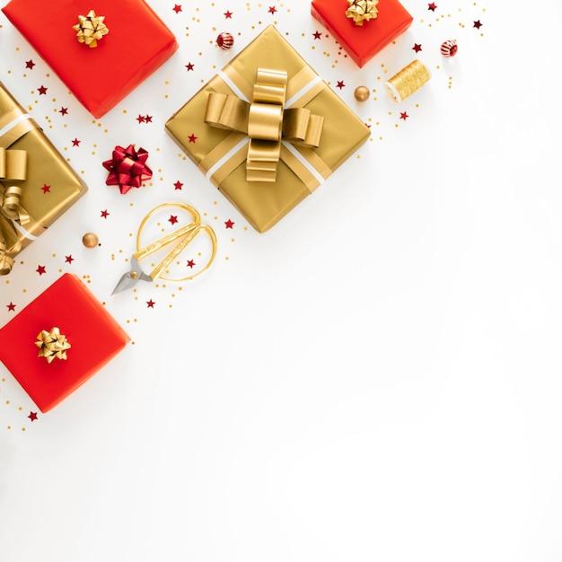 コピースペースでお祭りの包まれたプレゼントのフラットレイアレンジメント 無料写真