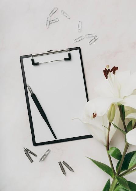 클립 보드와 펜으로 평평한 위치 배열 무료 사진