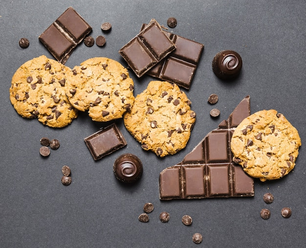 Flat lay arrangement with dark chocolate and cookies Free Photo