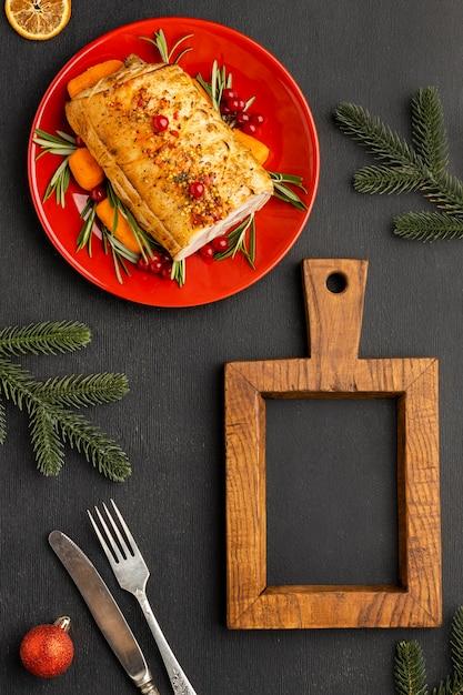 Assortimento piatto laici di cibo natalizio con lavagna vuota Foto Gratuite