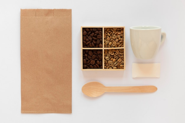 Плоский ассортимент элементов брендинга кофе на белом фоне Бесплатные Фотографии