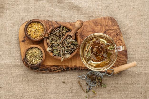 お茶のカップに乾燥した植物のフラットレイの品揃え 無料写真