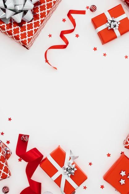 포장 된 선물의 평면 배치 구색 무료 사진