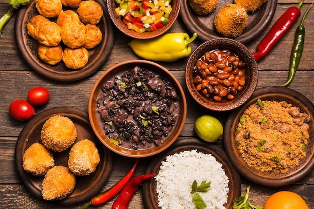 맛있는 브라질 음식으로 평평한 평신도 구색 무료 사진