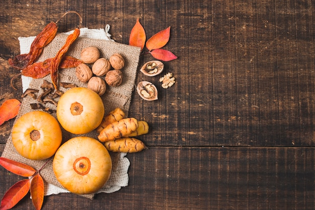 Flat lay autumn arrangement with copy space Free Photo