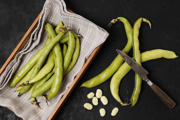 Flat lay of beans in basket with garlic Free Photo