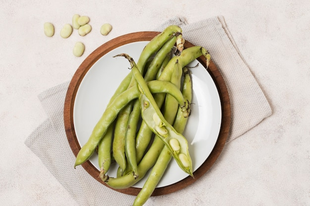 Flat lay of beans and garlic on plate Free Photo