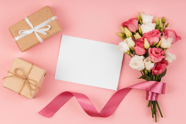 Flat lay beautiful roses bouquet with empty card Free Photo